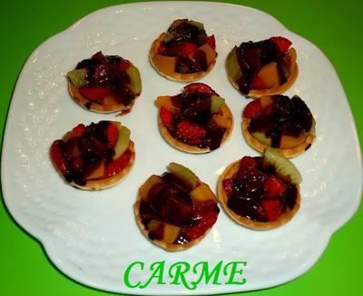 Tartaletas de frutas y chocolate caliente