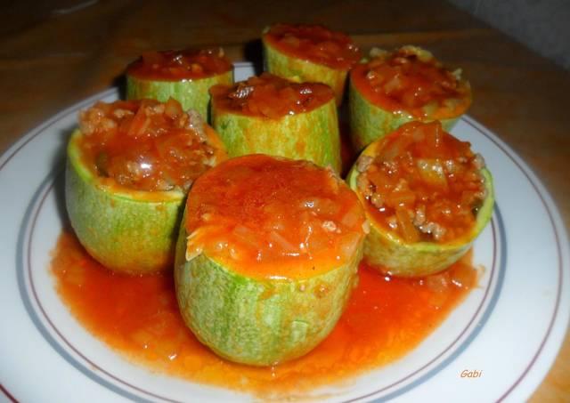 Tronquitos de calabacines rellenos en salsa de tomate - Chipirones rellenos en salsa de tomate ...