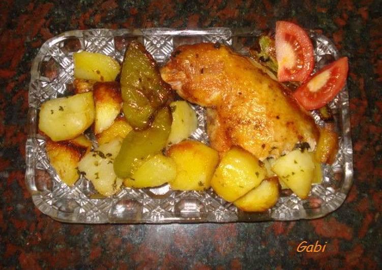 Pollo al horno con patatas doradas y pimientos asados - Pollo al horno con limon y patatas ...