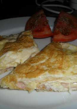 Omelette de jamón y queso con tomate al orégano