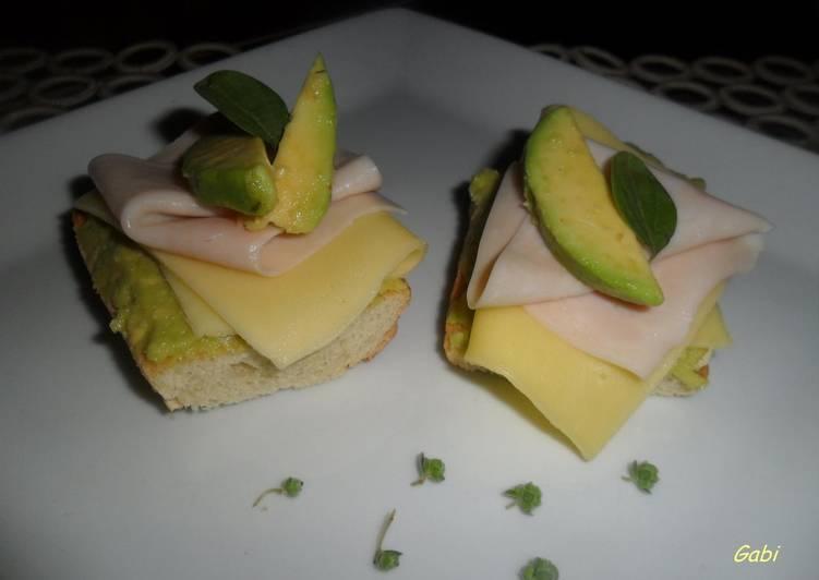 Tostadas con pavo, queso y puré de paltas