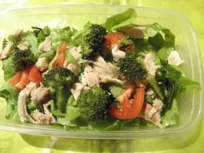 Ensalada fresca de pollo y vegetales