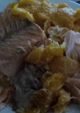 Salmón borracho al horno en colchón de mandarinas