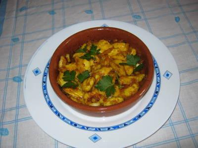 Pollo al curry con cebollas en cazuela