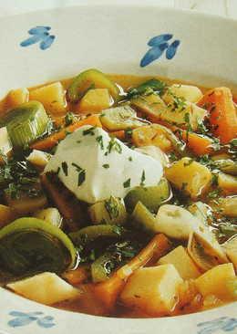 Sopa de verduras con queso mascarpone