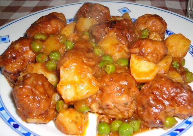 Alb ndigas de calamar con guisantes y patatas receta de - Albondigas de patata ...