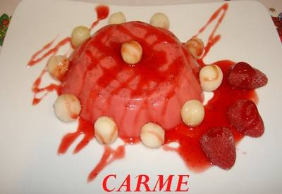 Flan de fresas en almíbar y uvas crujientes