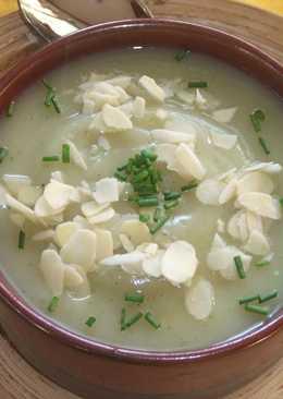 Sopa crema de pollo con almendras