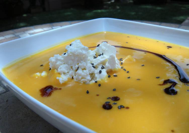 Crema de calabaza con leche de coco, queso feta y pipas doradas