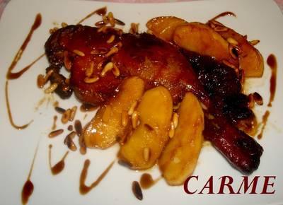 Pato asado con piñones y manzanas caramelizados