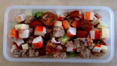 Receta para tupper. Ensalada de surimi con atún y tomates cherry