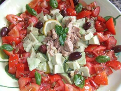 Ensalada de tomates al orégano con aguacates y atún