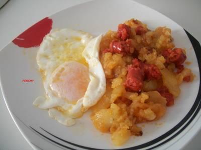 Patatas a lo pobre con chistorra y huevos fritos