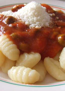 Ñoquis de patatas caseros con salsa de tomates y aceitunas