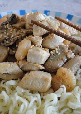 Pasta china con salteado de pollo y gambas
