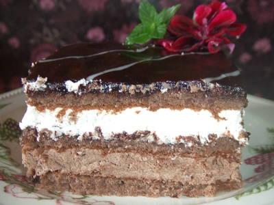 Pastel de cumpleaños de chocolate y chantilly