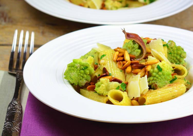 Pasta con brócoli romanesco y piñones