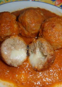 Albóndigas rellenas de queso en salsa de tomate