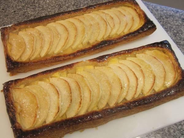 Tarta de hojaldre con crema pastelera y manzanas