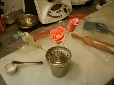 Flores de pastillaje hechas con regaliz