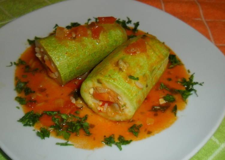 Calabacines rellenos de arroz y verduras en salsa de - Chipirones rellenos en salsa de tomate ...