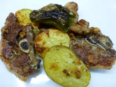 Chuletas de cordero al horno con pimientos y patatas