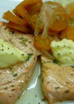 Salmón fresco con zanahorias y mayonesa