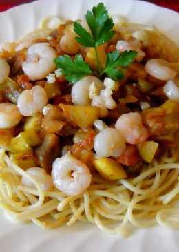 Espaguetis integrales con pisto y gambitas salteadas con ajo