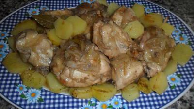 Pollo al vino con cebolla