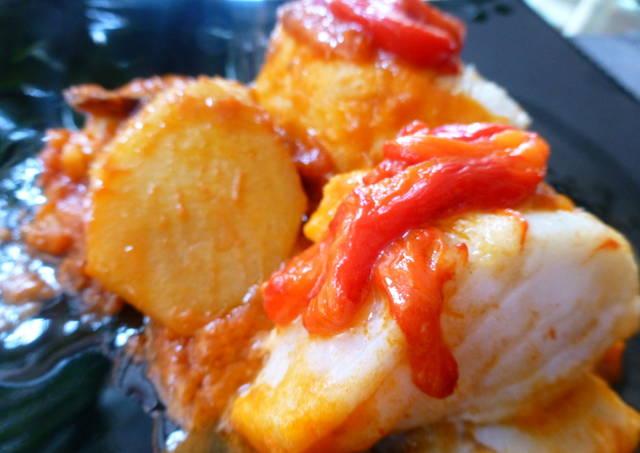 Bacalao con tomate patatas y pimientos rojos receta de - Bacalao con garbanzos y patatas ...