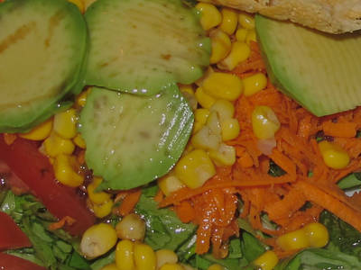 Ensalada con aguacate y maíz