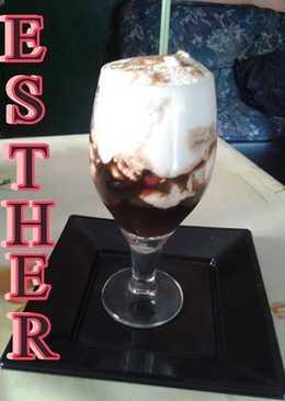 Café helado con nata y canela