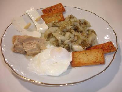 Esgarrat de berenjena, huevo escalfado y queso blanco