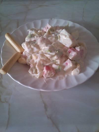 Ensalada de lechuga, surimi y huevo duro