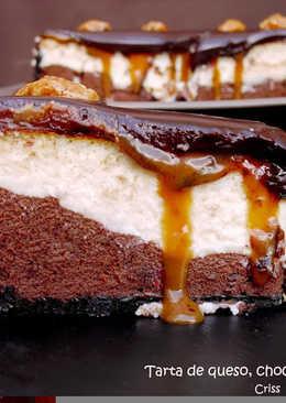 Tarta de queso y chocolate con salsa de caramelo