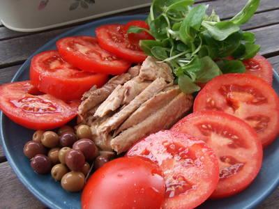Plato de tomates con melva y aceitunas