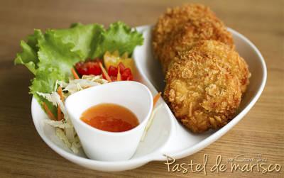 Pastel de marisco frito con salsa agridulce