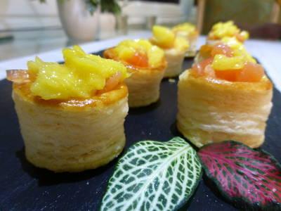 Minicanapés de volován de salmón y mango