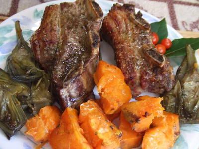 Asado al horno con boniatos y alcachofas