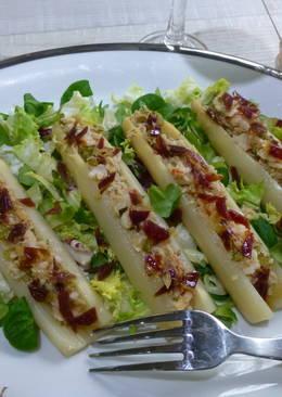 Espárragos rellenos de ensalada con langostinos