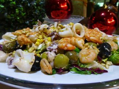 Ensalada de Navidad con marisco, fruta, encurtidos y frutos secos