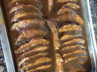 Lomo de cerdo relleno de ciruelas con salsa y arroz salvaje