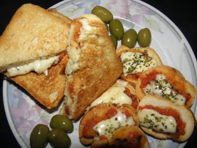 Sándwich tostado y brusquetas sabor pizza