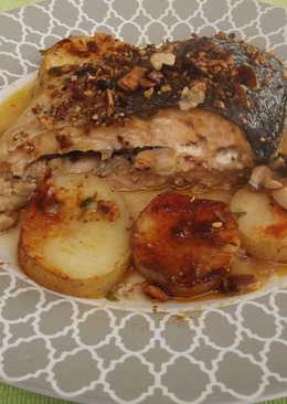 Salmón entero con almendras y patatas