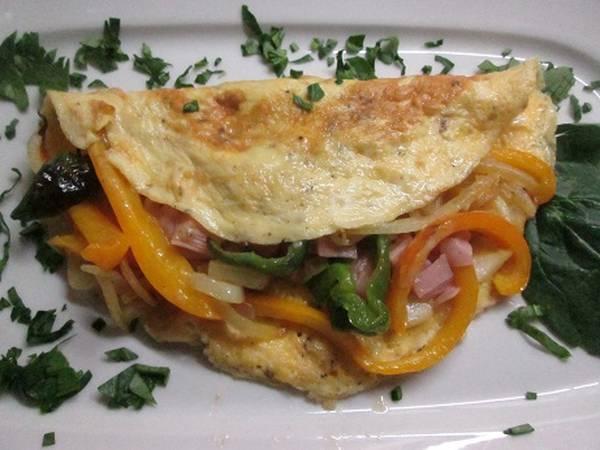 Omelette con pimientos, cebolla y jamón dulce