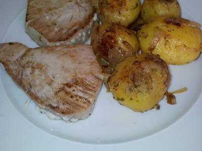 Patatas salteadas con cebolla, vino y perejil.