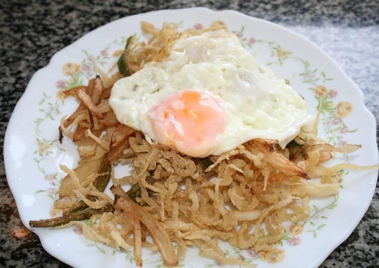 Chanquetes  fritos con pimientos, cebolla y huevo frito