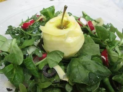 Manzana con ensalada verde