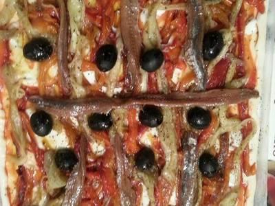 Pizza de escalivada con anchoas y aceituna negra