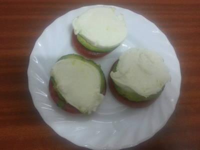 Ensalada de tomate, mozarella y aguacate